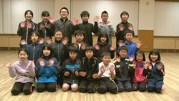仲間と一緒に卓球を楽しむ