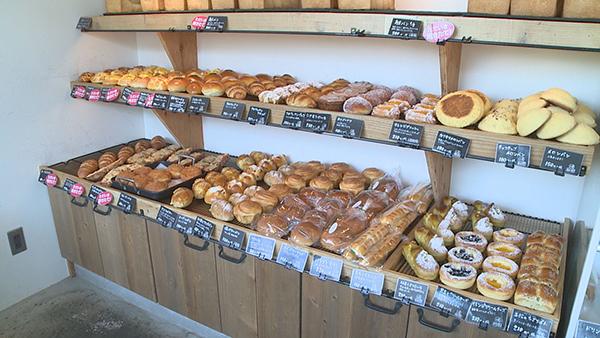 60種類のパンが並ぶ店